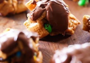 M&M Scotcharoo Cookies... These cookies are super simple to make and packed with delicious flavor! They are super addictive and will have everyone asking for the recipe!